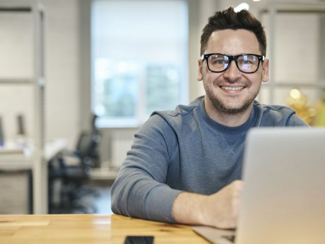 smily man working with discreet using SMART PD CASE